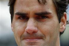 <p>Roger Federer ao receber título de Roland Garros desistiu do torneio de Halle por cansaço. REUTERS/Regis Duvignau</p>