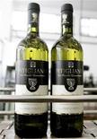 """<p>Foto de archivo de vino Kosher en su línea de ensamblaje en la viña 'Cantina di Pitigliano' en Pitigliano, Italia, 26 mar 2007. Los judíos devotos a los que sus rabinos hayan prohibido navegar por internet pueden ahora utilizar """"Koogle"""", al que su director presenta como un nuevo buscador """"kosher"""". REUTERS/Daniele La Monaca</p>"""