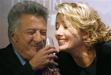 """<p>Atores Dustin Hoffman e Emma Thompson na estreia de """"Tinha Que Ser Você"""" em Paris. 26/02/2009. REUTERS/Regis Duvignau</p>"""
