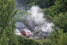 <p>Офицеры полиции на месте взрыва автомобиля в Бильбао 19 июня 2009 года. Сотрудник полиции погиб в результате взрыва автомобиля в испанском городе Бильбао, административном центре провинции Бискайя, сообщила полиция, подозревающая в совершении преступления сепаратистскую группировку ETA. REUTERS/Vincent West</p>