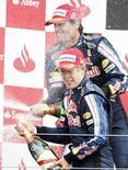 <p>O alemão Sebastian Vettel venceu o Grande Prêmio da Inglaterra em uma dobradinha da Red Bull, enquanto o líder do campeonato, Jenson Button, lutou para ficar com a sexta colocação em casa, neste domingo. REUTERS/Andrew Winning</p>