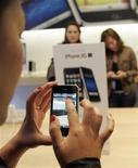 <p>Una cliente usa un celular iPhone 3GS de Apple en una tienda de la compañía en San Francisco, California, EEUU, 19 jun 2009. La tecnológica estadounidense Apple dijo el lunes que ya vendió más de 1 millón de teléfonos móviles iPhone 3GS y que 6 millones de clientes han descargado el nuevo software 3.0 del iPhone en los primeros cinco días desde su lanzamiento. REUTERS/Robert Galbraith</p>