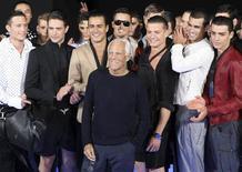 <p>Estilista italiano Armani é saudado após desfile da coleção masculina Emporio Armani primavera/verão 2010 durante a semana de moda de Milão. 23/06/2009 REUTERS/Stefano Rellandini</p>