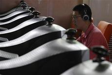 <p>Dans un cyber-café à Changzhi, dans la province chinoise de Shanxi. Expliquant que cette mesure permettra de protéger les enfants d'images violentes ou pornographiques, Pékin maintient sa décision controversée d'imposer sur tout nouveau PC un logiciel de filtrage d'internet, rapporte le quotidien China Daily. /Photo prise le 3 juin 2009/REUTERS</p>