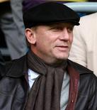"""<p>Foto de archivo del actor Daniel Craig a su llegada al duelo entre Liverpool y Newcastle United por la liga doméstica de fútbol en Liverpool, Inglaterra, 3 mayo 2009. Craig alcanzó el éxito crítico y comercial a través de sus dos interpretaciones como James Bond en """"Casino Royale"""" y """"Quantum of Solace"""", pero ha reflexionado extensamente sobre su próximo rol cinematográfico. REUTERS/Phil Noble</p>"""