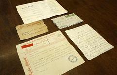 <p>Un telegrama, una carta y un listado de canciones de la cantante Edith Piaf en Atenas, 16 ene 2009. Decenas de cartas amorosas de la cantante Edith Piaf dirigidas a un ciclista francés, en la que describe sus fantasías sexuales y promete dejar de tomar por él, alcanzaron el jueves los 55.000 euros (77.400 dólares) durante un remate en París. REUTERS/Yiorgos Karahalis</p>