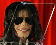 <p>Michael Jackson, em foto de arquivo, morreu aos 50 anos nesta quinta-feira, disse o site de celebridades TMZ. REUTERS/Stefan Wermuth/Files</p>