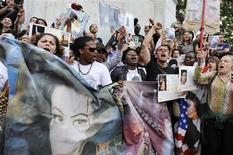 <p>Fans sing as they pay respects to the late pop star Michael Jackson near Notre Dame Cathedral in Paris June 26, 2009. REUTERS/Gonzalo Fuentes</p>