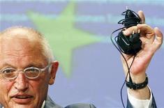 <p>Il commissario Ue per l'industria Guenter Verheugen mostra alcuni caricatori di cellulare a Bruxelles . REUTERS/Thierry Roge</p>