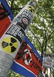 <p>Акция протеста против ядерных испытаний Северной Кореи в Сеуле 15 июня 2009 года. Северная Корея, по всей видимости, занимается обогащением урана, что может предоставить ей еще одну возможность создания ядерного оружия, сообщил во вторник министр обороны Южной Кореи. REUTERS/Lee Jae-Won</p>