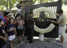 <p>Fan di Michael Jackson fuori da Neverland. REUTERS/Phil Klein</p>