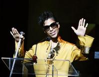 <p>Musician Prince gestures on stage during the Apollo Theatre's 75th anniversary gala in New York, June 8, 2009. REUTERS/Lucas Jackson</p>