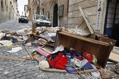 """<p>Последствия землетрясения в городе Л'Аквила в Италии 18 апреля 2009 года. Сильный толчок потряс в пятницу Л'Аквилу, итальянский город, который на следующей неделе примет саммит """"Большой восьмерки"""", запустив автомобильные сигнализации и напугав жителей, выживших после разрушительного землетрясения в апреле. REUTERS/Darrin Zammit Lupi</p>"""