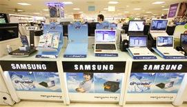 <p>Un cliente camina cerca de computadores de Samsung Electronics en una tienda en Seúl, Corea del Sur, 6 jul 2009. La surcoreana Samsung Electronics, el mayor fabricante mundial de chips de memoria y televisores de pantalla plana, espera reportar ganancias en el segundo trimestre muy por encima de las estimaciones de mercado, lo que hizo saltar sus acciones más de un 5 por ciento. Las compañías de tecnología en todo el mundo han visto a sus ganancias golpeadas por la depresión global, que llevó a los consumidores a limitar el gasto en artículos no esenciales. REUTERS/Jo Yong-Hak</p>