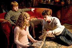 """<p>Watson com seus colegas Rupert Grint e Daniel Radcliffe em cena do novo filme da série, """"Harry Potter e o Enigma do Príncipe"""". REUTERS/Warner Bros/Handout</p>"""