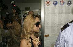 <p>Noemi Letizia scortata al seggio di Napoli per le elezioni europee. REUTERS/Ciro De Luca/Agnfoto</p>