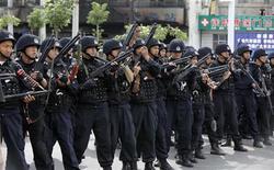 <p>Китайские полицейские занимают позхицию на улице города Урумчи 7 июля 2009 года. Сотни уйгуров во вторник вновь вступили в столкновения с полицией в Урумчи, столице Синьцзян- Уйгурского района Китая, через два дня после того, как в результате беспорядков на этнической почве 156 человек погибли и более 1.000 получили ранения. REUTERS/Nir Elias</p>