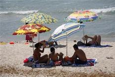 <p>Turisti in spiaggia. REUTERS/Charles Platiau (FRANCE)</p>