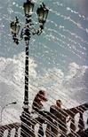 <p>Девушки общаются у фонтана в Москве 28 июня 1999 года. Жаркая погода установится в Москве и области в грядущие выходные, прогнозирует Гидрометцентр России на сайте www.meteoinfo.ru. REUTERS/Alexander Natruskin</p>