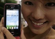 <p>LG Electronics lancera ce mardi sa boutique en ligne de logiciels pour téléphones portables, un service qu'il destine d'abord à l'Asie, puis à d'autres pays d'ici la fin de l'année. /Photo prise le 16 juin 2009/REUTERS/Vivek Prakash</p>