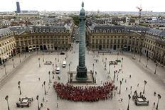 <p>Centenas de patinadores formaram um sorriso gigante na Place Vendôme em Paris no domingo, como parte da campanha para atrair turistas. REUTERS/Benoit Tessier</p>
