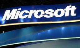 <p>Логотип Microsoft на стенде компании на ежегодной выставке потребительской электроники в Лас-Вегасе 9 января 2009 года. Microsoft Corp выпустит три версии своего приложения Office, позволяя бесплатно использовать свое компьютерное обеспечение через интернет, пытаясь создать продукты, аналоги которых Google Inc запустил три года назад. REUTERS/Rick Wilking</p>