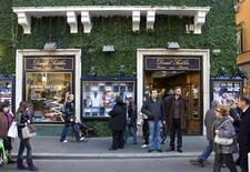 <p>Immagine d'archivio di passanti di fronte alla vetrina di un negozio a Roma. REUTERS/Max Rossi (ITALY)</p>