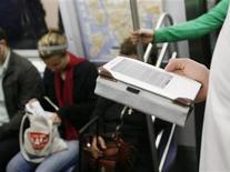 <p>Usuário do metrô de Nova York lê artigo digital em um Kindle. A Amazon.com está sendo processada por um usuário de seu leitor de livros digitais Kindle, sob a alegação de que a capa do aparelho, vendida separadamente, pode quebrar a tela e tornar o dispositivo inoperante.</p>