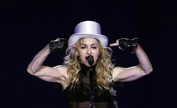<p>Певица Мадонна на выступлении в Лондоне 4 июля 2009 года. Сцена, возводимая в Марселе для концерта поп-звезды Мадонны, обрушилась в среду, в результате чего один человек погиб и шесть получили ранения, сообщила местная полиция. REUTERS/Luke MacGregor</p>