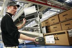<p>Funcionário de fábrica da Dell em Lodz, na Polônia. As vendas mundiais de computadores pessoais caíram menos do que o esperado no segundo trimestre, o que estimulou otimismo deflagrado esta semana pelos resultados da Intel.</p>