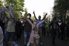 <p>Сторонники иранской оппозиции на демонстрации в центре Тегерана 9 июля 2009 года. Полиция Ирана применила слезоточивый газ для разгона сторонников лидера оппозиции Мирхоссейна Мусави в центре Тегерана в пятницу, сообщил очевидец. REUTERS/via Your View</p>