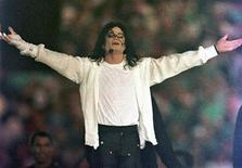 <p>Michael Jackson performs during the halftime show at the NFL's Super Bowl XXVII in Pasadena, California, in this January 31, 1993 file photo. REUTERS/Gary Hershorn/Files</p>