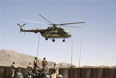 """<p>Солдаты сил коалиции набюлюдают за вертолетом в провинции Кандагар 15 мая 2009 года. Талибы сбили вертолет Ми-8 российской авиакомпании """"Вертикаль-Т"""", взлетавший в воскресенье с аэродрома на юге Афганистана, в результате чего 16 человек погибли и четверо тяжело ранены. REUTERS/Jorge Silva</p>"""