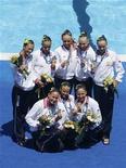 <p>Команда российских синхронисток позирует с золотыми медалями, завоеванными на чемпионате мира в Риме 19 июля 2009 года.Сборная России по синхронному плаванию в воскресенье завоевала золотую медаль в технической программе на 13-м чемпионате мира по водным видам спорта в Риме, оставив позади испанскую и китайскую команды. REUTERS/Tony Gentile</p>