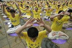 <p>Alcuni seguaci del Falun Gong meditano in piazza ad Hong Kong. REUTERS/Tyrone Siu (CHINA POLITICS ANNIVERSARY)</p>
