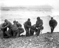 """<p>Члены американского десантного подразделения помогают своим товарищам, чье судно было потоплено при вражеской атаке 6 июня 1944 года, Нормандия. Первое сообщение одного из """"говорящих шифров"""" в день высадки десанта в Нормандии (""""D-Day"""") в 1944 году. Десант был высажен на пляже """"Юта"""", но место оказалось неверным. REUTERS/STR New</p>"""