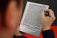<p>Un utente legge un e-book sul suo lettore iRex iLiad. REUTERS/Alex Grimm (GERMANY)</p>