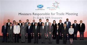 <p>Министры торговли стран орагнизации Азиатско-Тихоокеанского экономического сотрудничества на саммите в Сингапуре 21 июля 2009 года. Страны Азиатско-Тихоокеанского региона заявили о стремлении избегать протекционизма и выступили с критикой в адрес США и других коллег по альянсу, пошедших на подобные меры. REUTERS/Tim Chong</p>