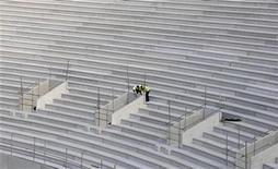 """<p>Imagen de archivo en que obreros trabajan en la construcción de un estadio para la Olimpíadas de Londres 2012, 21 abr 2009. Los organizadores de los Juegos Olímpicos de Londres 2012 están """"muy atentos"""" a la amenaza de un ataque cibernético en este evento, dijeron el martes funcionarios del Ministerio del Interior de Gran Bretaña. Los sistemas de venta de entradas, la red de transporte, las reservas de hoteles y la seguridad están entre los potenciales problemas que puede generar la cita deportiva más importante del mundo. REUTERS/Kieran Doherty</p>"""