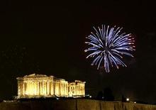 <p>Fireworks explode over the temple of the Parthenon atop the hill of the Acropolis during New Year's day celebrations in Athens January 1, 2009. REUTERS/Yiorgos Karahalis</p>
