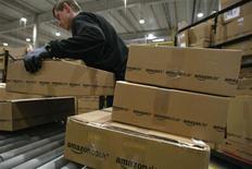 <p>Amazon.com a vu son bénéfice net reculer de 10%, à 142 millions de dollars au deuxième trimestre. La marge opérationnelle du distributeur en ligne américain a également déçu, s'établissant à 3,4% (contre 5% au premier trimestre), pénalisée par une charge exceptionnelle liée au règlement d'un différend avec Toysrus.com. /Photo d'archives/REUTERS/Fabrizio Bensch</p>
