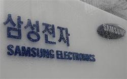 <p>Samsung Electronics a réalisé un bénéfice net de 2.250 milliards de wons (1,28 milliard d'euros) sur la période avril-juin, en hausse de 5% sur un an et au-delà du consensus. Le numéro un mondial des puces mémoires et des écrans LCD a cependant, comme d'autres géants technologiques, tenté de réfréner l'optimisme croissant concernant un rétablissement du secteur. /Photo prise le 13 mars 2009/REUTERS/Lee Jae-Won</p>