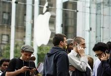 <p>Customers line up to purchase the new Apple iPhone 3GS at the 5th Avenue Apple store in New York June 19, 2009. REUTERS/Lucas Jackson</p>