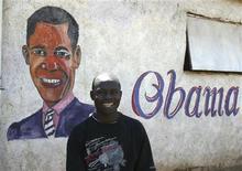 """<p>Foto de archivo de un hombre junto a un mural del presidente de Estados Unidos, Barack Obama, en Nairobi, 4 jun 2009. Un grupo de teorías de conspiración conocido como """"Birthers"""" está irritando a la Casa Blanca con su persistente afirmación de que el mandatario de Estados Unidos, Barack Obama, no es un ciudadano estadounidense y por ende no tiene derecho a ser presidente. REUTERS/Noor Khamis</p>"""