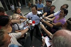 <p>Dino Altmann, médico pessoal de Felipe Massa, concede entrevista na porta do hospital AEK, em Budapeste, onde o piloto está internado desde sábado 29/07/2009 REUTERS/Karoly Arvai</p>