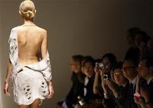 <p>Imagen de archivo en que una modelo exhibe una creación de la colección de primavera/verano 2009 de Salvatore Ferragamo en Milán, Italia, 23 sep 2008. La casa italiana de moda Salvatore Ferragamo anunció que su diseñador de ropa masculina Massimiliano Giornetti se ocupará también de modelos femeninos pret-a-porter. El modisto sucede en el puesto a Cristina Ortiz, que trabajó los dos últimos años con la casa de moda de Florencia diseñando las colecciones de ropa femenina, según indicó la empresa a última hora del martes. REUTERS/Stefano Rellandini/archivo</p>