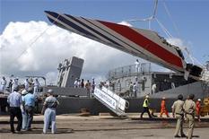 <p>Бразильские моряки выгружают обломки разбившегося лайнера Air France в порту Ресифе 14 июня 2009 года. Компания Airbus поможет проспонсировать продолжение поисков бортовых самописцев и обломков авиалайнера компании Air France, упавшего в Атлантический океан в начале июня, сообщают СМИ в четверг. REUTERS/JC Imagem/Alexandre Severo</p>