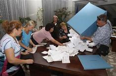 """<p>Члены местной избирательной комиссии открывают ящик для подсчета голосов на участке после парламентских выборов в Кишиневе 29 июля 2009 года. Организация по безопасности и сотрудничеству в Европе (ОБСЕ) в целом позитивно оценила выборы в Молдавии, за исключением случаев """"предвзятой"""" кампании в СМИ и """"мягкого"""" запугивания избирателей и политических конкурентов, говорится в заявлении миссии наблюдателей ОБСЕ. REUTERS/Gleb Garanich</p>"""
