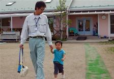 <p>Thirty-year-old father Tomohiro Yuda (L) picks up his three-year-old son Haru from a kindergarten in Koriyama, north of Tokyo July 23, 2009. REUTERS/Isabel Reynolds</p>