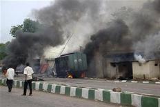 """<p>Дым поднимается из тюрьмы, которую подожгла местная исламская группировка в городе Маидугури, Нигерия 27 июля 2009 года. Силы безопасности на севере Нигерии в пятницу продолжили длящиеся уже шестой день уличные перестрелки с исламистами, несмотря на то, что был застрелен их лидер Мохаммед Юсуф, идеолог радикальной исламской группировки """"Боко Харам"""", находившийся под стражей в полиции. REUTERS/Afolabi Sotunde</p>"""